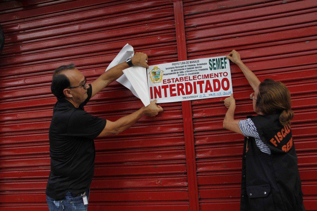 Manaus am 09/ 03 17/ Fiscalização nos bares da praça do caranguejo. Foto Marinho Ramos semcom.